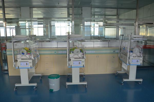 新生儿病区宽敞明亮,设备齐全